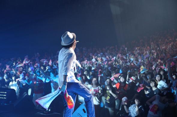 ライブで歌うナオト・インティライミの後ろ姿とファン