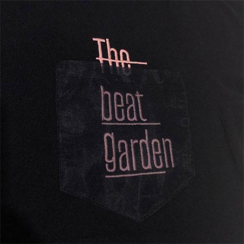 THE BEAT GARDEN デザインポケット刺繍Tee - Navy × Baby Pink